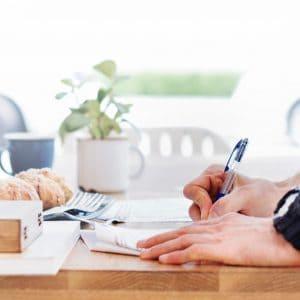 aan het werk - schrijven op bureau